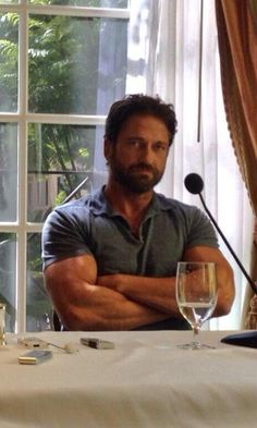 Belle ‏@bellechick73   'Smouldering' is the only word I can think of to describe this Gerard Butler pix without getting rude. ;) #toodamnhot pic.twitter.com/blHSVmnRXr