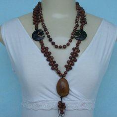 Maxi colar feito de sementes de açaí, baru, coco e bolinhas em abs prateada, R$ 15,00