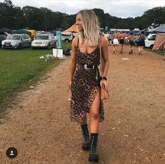 Was bei Lollapalooza anziehen: komplette Anleitung Eines der. What to wear at Lollapalooza: complete instructions One of the most anticipated outdoor music fe Festival Looks, Festival Mode, Festival Wear, Rave Festival, Festival Chic, Coachella Festival, Music Festival Outfits, Music Festival Fashion, Summer Festival Outfits
