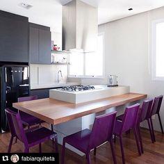 #Repost @fabiarquiteta ・・・ Cozinha l Destaque para a bancada de madeira acoplada à ilha com cadeiras berinjela, ficou top! Projeto @suite_arquitetos #kitchen #cozinha #cocina #cool #goodmorning #bomdia #bonjour #buenosdias #gourmet #decora #design #luxurydecor #amazing #arquitetura #architecture #decor #instagram #instagood #glam #photo #instabest #instadaily #blogfabiarquiteta #fabiarquiteta www.fabiarquiteta.com