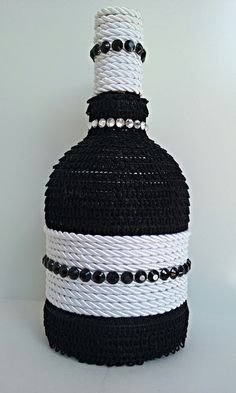 Garrafa decorada com tira em tecido, cordão e aplicação em strass. Pronta entrega.
