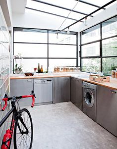 Une cuisine fonctionnelle en béton - Marie Claire Maison>>>>  what a fabulous laundry room, make alittle smaller, maybe alil' chilly in the winter up here in the midwest!