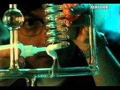 """""""Il tuffo"""", un'opera prima di Massimo Martella datata 1993, con un inedito (e mai più visto,almeno al cinema) Vincenzo Salemme in versione drammatica e 'bambocciona', nella parte del 30enne laureato in fisica e disoccupato che dà lezioni private a due liceali. Il film passò quasi inosservato, io lo adoro. Su youtube l'ho trovato tutto intero, ve ne faccio dono."""