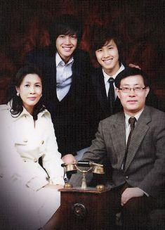 Hyun Joongie's Family portrait - from back (left) Son and Son. Front: Mother Jeong Yeon Mi nim and Papa Kim. Kim Bum, Brad Pitt, Asian Celebrities, Celebs, Kim Joon Hyun, Leonard Dicaprio, Ji Hoo, Playful Kiss, Siwon