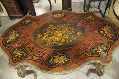 Table Napoléon III en marqueterie (petits accidents à la marqueterie).