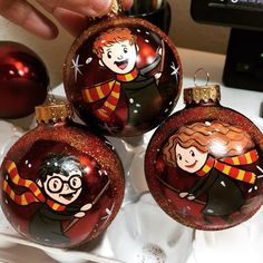 Harry Potter Ron and Hermione Hand Painted Christmas Ornament Harry Potter Inspired Hand Painted Glass Ball Harry Potter Ron And Hermione, Harry Potter Thema, Harry Potter Decor, Harry Potter Gifts, Harry Potter Christmas Ornaments, Painted Christmas Ornaments, Hand Painted Ornaments, Christmas Balls, Harry Potter Navidad