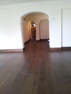 Rodapie y pavimento de madera termotratada.