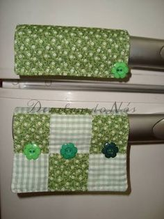 Resultado de imagem para puxador de geladeira Sewing Projects, Projects To Try, Sewing Ideas, All Covers, Kitchen Handles, Beaded Bags, Crochet Accessories, Tea Towels, Pot Holders