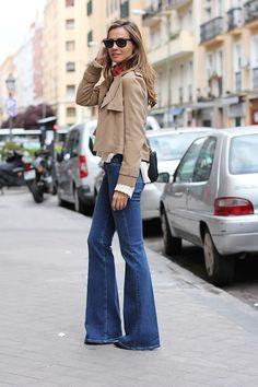 Dos tendencias que combinan a la perfección: jeans campana y chaqueta de ante en color camel