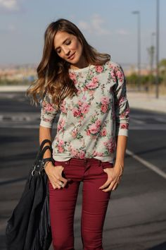 Silvia. Sudadera y jeans de SUITEBLANCO.  (Imagen vía LadyAddict).