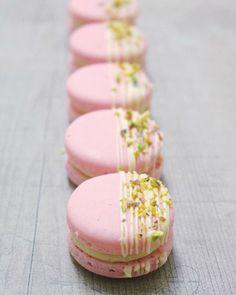 Strawberry pistachio macaron (no recipe) Cute Desserts, Delicious Desserts, Yummy Food, Patisserie Fine, Baking Recipes, Dessert Recipes, Pistachio Macarons, Macaroon Cookies, Macaron Cake