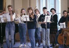 Koulun orkesteri harjoittelee 1990-luvulla. Kuva: Helsingin kaupunginmuseo/Mauri Helenius.