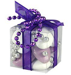 Contenant Dragées - Sobre mais extrêmement classe, ce petit cube transparent laissera apparaitre la couleur de vos dragées avec gaieté : http://www.mariage.fr/cubes-transparents-dragees-organza-ruban-strass.html