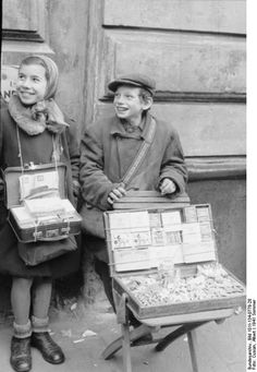 Young traders of the Warsaw Ghetto (1941)