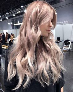 We highlighted her with and glaze her with on her rootagé and mids and on ends with dedicated developer. Gold Blonde Hair, Honey Blonde Hair, Blonde Guys, Hair Color Pink, Hair Color And Cut, Cool Hair Color, Hair Colours, Slick Hairstyles, Messy Hairstyles