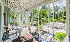 Lasitettu terassi on kuin toinen olohuone kesällä. Tälle terassille on sisustettu sekä ruokailutila että oleskelutila.