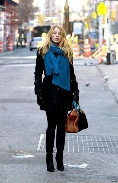 Blake Lively Photos Photos - Blake Lively and Leighton Meester keep warm in colorful scarves as they film scenes for 'Gossip Girl' on the Lower East Side. - Blake Lively and Leighton Meester on Set Blake Lively Moda, Blake Lively Style, Look Fashion, Fashion Beauty, Girl Fashion, Womens Fashion, Net Fashion, Winter Outfits, Casual Outfits