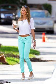 Jeans menta + alpargatas + blusa branca soltinha