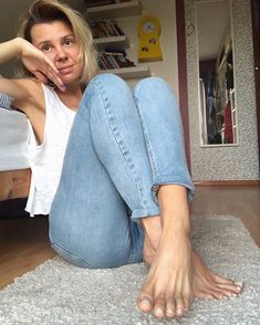 Barefoot Girls, Going Barefoot, Foot Pedicure, Foot Love, Female Feet, Good Vibes Only, Happy Girls, Tight Dresses, Sexy Feet