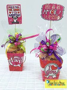 Globos, Flores y Fiestas Candy Gift Baskets, Best Gift Baskets, Candy Gifts, Valentine Baskets, Valentine Crafts, Valentine Day Gifts, Candy Arrangements, Chocolate Bouquet, Heart Crafts