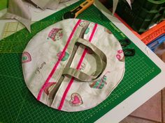 CUCITO per TE : Tutorial porta torta rotondo. Pie Carrier, Sewing Projects, Projects To Try, Creation Couture, All Craft, Sewing For Beginners, Shabby Chic, Creations, Christmas Tree