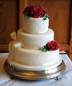 3 tier festive wedding cake with red roses and ivy by www.tortebella.co.uk