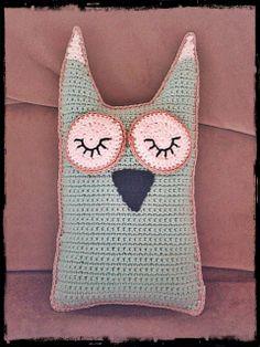 Inspiraation vietävänä -blogissa söpö pöllötyyny vauvalle, lankana Novita Miami ja Novita Tennessee Knitted Flowers, Fairy Godmother, Little Things, Tennessee, Straw Bag, Miami, Throw Pillows, Knitting, Owls