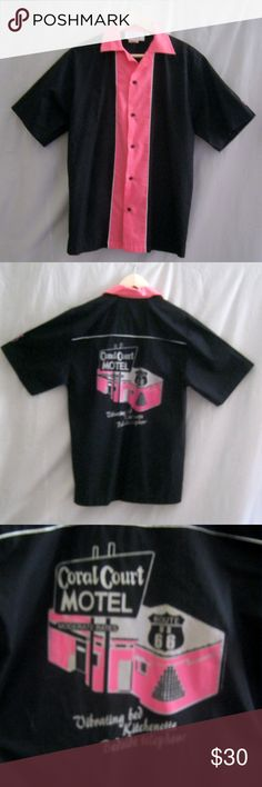 """CRUISIN USA Mens Repro Bowling Shirt,  Size SMall This is a great gift for your guy (or you!) """"Cruisin' USA"""" Cotton / poly blend bowling shirt in a size SMALL. It is mainly black with a shocking pink collar anf front. White piping outlines the center placket and back yoke. Best of all is the printed graphic on the back, which reads:""""CORAL COURT MOTEL, Route 66. Vibrating Bed, Kitchenette, Bedside Telephone"""" in pink and silver. A bowling pin decorates the left sleeve. GUC. Chest:40""""…"""