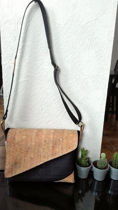 Tijdens de kerstperiode rolde het ene na het andere cadeautje van onder mijn naaimachien: een babyjasje, 3 paar wanten, 2 feestoutfits, enz... Handmade Purses, Handmade Handbags, Patchwork Bags, Quilted Bag, Sewing Tutorials, Sewing Projects, Cork Purse, Cork Fabric, Fabric Purses