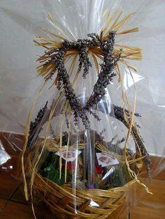 Cos din răchită decorat manual cu levantica naturală,   contine doua borcane cu miere de salcam, nuci si merisoare , miere de salcam si fructe confiate