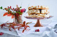 Sněhový dort s mandlemi, vanilkovým krémem a šípkovým džemem/Autumn cake - sweet pastry dough, meringue with almond slices, light vanilla filling and rose hip jam with vanilla and amaretto