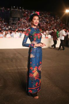 There is nothing more lighthearted than showing off in the designs of the trendy ao dai who wears beautiful too - Photo Vietnamese Traditional Dress, Vietnamese Dress, Traditional Fashion, Traditional Dresses, Love Fashion, Fashion Beauty, Womens Fashion, Formal Fashion, Runway Fashion