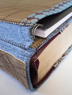 Bible cover notebook pocket detail but could be used for study books etc Easy Sewing Projects, Sewing Hacks, Sewing Crafts, Quilting Projects, Sewing Ideas, Pocket Notebook, Notebook Covers, Mochila Tutorial, Bible Bag