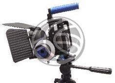 """Esta estructura polivalente se adapta a muchos modelos de cámaras y objetivos, permite el acople de una cámara DSLR o de vídeo DVR. Esto permite dotar a la cámara de mayor estabilidad y comodidad para el operador de cámara, que dispone de un soporte acolchado ergonómico. Fabricado en aluminio de color negro de primera calidad. Estructura sobre la que se instala la cámara y a la cual se pueden fijar todo tipo de accesorios compatibles con rosca universal de 1/4""""."""