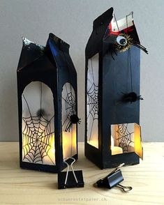 In der Laterne bewegt sich was… DIY for this great Halloween lamp + spider by schaeresteipapier: In the lantern moves something … Halloween Crafts For Kids, Spooky Halloween, Fall Crafts, Halloween Party, Diy And Crafts, Manualidades Halloween, Adornos Halloween, Samhain, Diy Halloween Dekoration