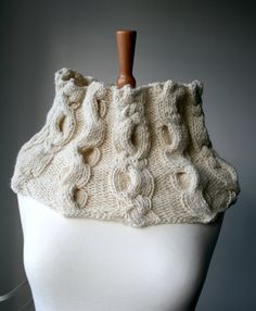 Knitting pattern, cowl knitting pattern with cables, by Luz Patterns #knittingpattern #knitting