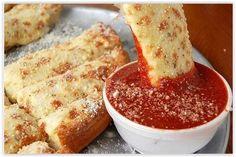 Dieses Mozzarella-Pizzabrot ist besonders lecker!  Mit viel Käse und wenigen Kräutern ist es nicht kompliziert und trotzdem genial! Probiert es aus und ihr werdet es...