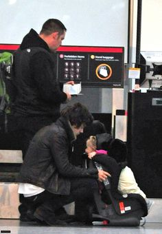 Harry Styles And Baby Lux | amandabiebs_1D : RT @Eugeteer: Harry Styles and Baby Lux at Heathrow ...