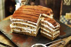 Ha egy egyszerű, de villantós sütire vágytok, aminek még a neve is jól hangzik, akkor mentsétek le ezt a receptet, mert ezzel bizony tarolni fogtok! Nagyon kávés, nagyon whiskey-s és brutálisan krémes, szóval csak szeretni lehet! Home Recipes, Cooking Recipes, Hungarian Recipes, Baking And Pastry, Cakes And More, Cake Cookies, Tiramisu, Good Food, Food Porn