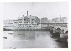 In 1864 a strange race took place on the Shannon River between fishermen and mechanics, who pulled two boats from Thomond Bridge to Barringtons Pier