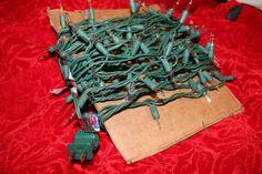 Tip: من الطرق السهلة لتوضيب أسلاك ولمبات شجرة الميلاد أن نلفها على كرتونة أوراق الستاينليس أو أي كرتونة متوفرة لدينا لتسهيل فكها وإستعمالها في العام المقبل .ومن الممكن إستعمال هذه الطريقة لكل أنواع الأسلاك الكهربائية . حيل الست هدى