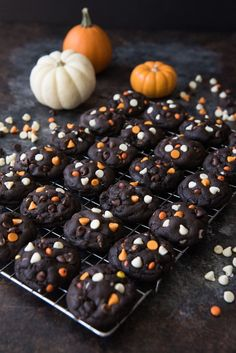 halloween cookies Dark Chocolate Halloween Chip Cookies have a super soft and black-as-night dark chocolate cookie base that is studded with sweet white chocolate chips and creamy peanut butter chips for a frighteningly delicious treat! Halloween Snacks, Halloween Torte, Halloween Backen, Postres Halloween, Hallowen Food, Halloween Punch, Halloween Goodies, Halloween Cupcakes, Easy Halloween Desserts