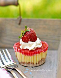 Mini serniczki z truskawkami - Mała Cukierenka Food Inspiration, Cupcake, Cheesecake, Cooking, Recipes, Bakken, Kitchen, Cupcakes, Cheesecakes
