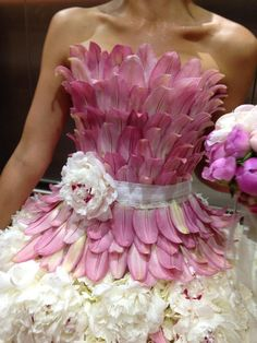 How beautiful is this gorgeous design entirely made out of flowers? We are simply in love with the colors and would love to feel the freshness on our skin. Botanical Fashion, Floral Fashion, Flower Show, Flower Art, Rose Bonbon, Flower Costume, Fairy Clothes, Recycled Fashion, Fairy Dress
