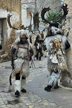 Carnevale di Neoneli : Sos Corriolos   Sul copricapo, generalmente di sughero, vengono applicate corna di daino o di cervo. Sulle spalle indossano una pelle di riccio, mentre sulle schiena, al posto dei tradizionali campanacci, scuotono delle ossa di animale, a rappresentare il ciclo di morte e rinascita tipico di questi riti arcaici. Durante il rito le maschere seguono il suono di un corno disponendosi in cerchio intorno a un fuoco.