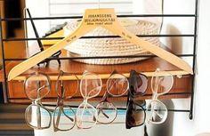 Jeśli macie w domu wiele par okularów, to wiecie, jak uciążliwe jest ciągłe ich szukanie. Wystarczy jednak jeden wieszak, żeby ich przechowywanie nabrało sensu.