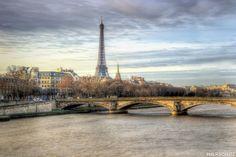 Bonjour, voici une petite vue de Paris réalisée en 2011 depuis le Pont Alexandre III Bonne semaine :)