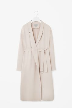 A soft, unstructured design, this long blazer is made from a material with a lightly textured finish and D-ring fabric belt. Relaxed in its proportions, it has dropped shoulders, narrow notched lapels and in-seam pockets.