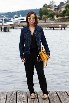 Macacão com jaqueta jeans e slipper de oncinha para compor um look confortável com pitada de estilo