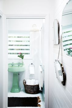 Vintage Goodness: 7 Bathrooms Where Colorful Fixtures Actually Look Really Great
